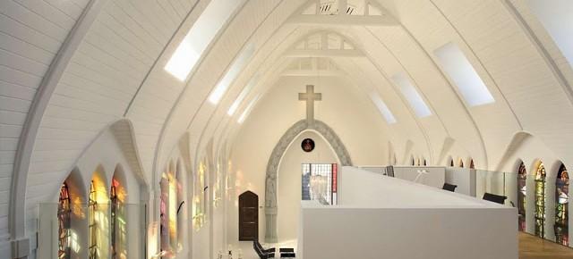 Transformación de una iglesia en vivienda por Zecc Architecten