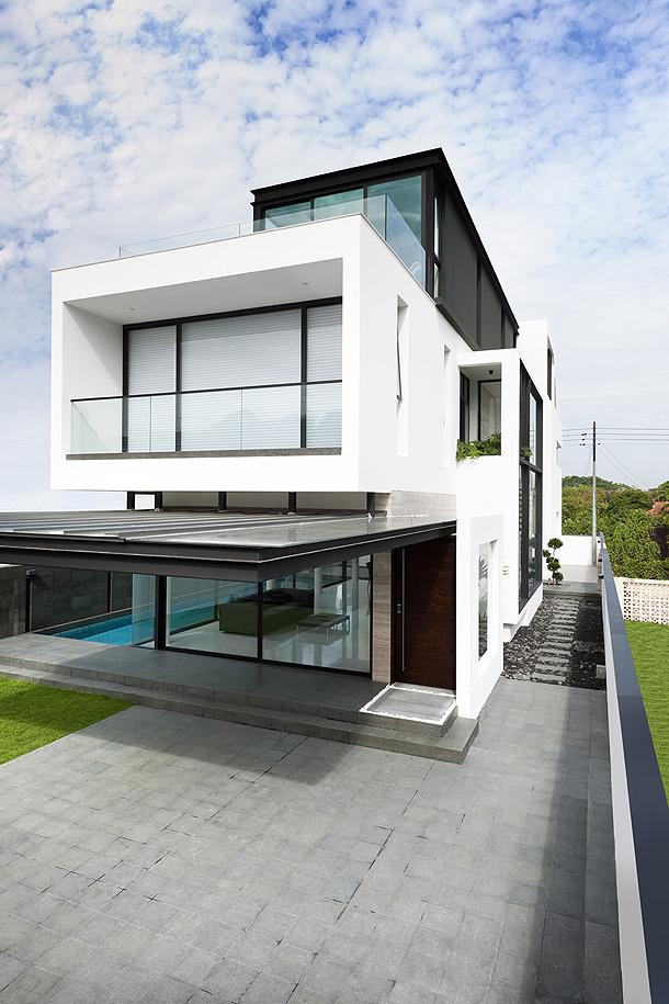 Elegante casa minimalista proyectada por park for Casa minimalista