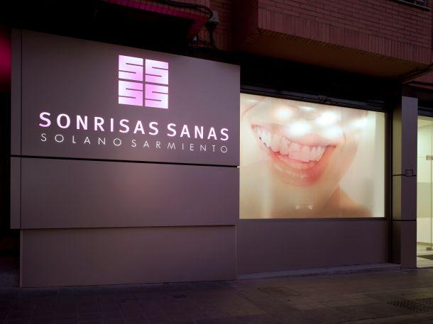 Cl nica dental sonrisas sanas por vicente vidal estudio - Fachadas clinicas dentales ...