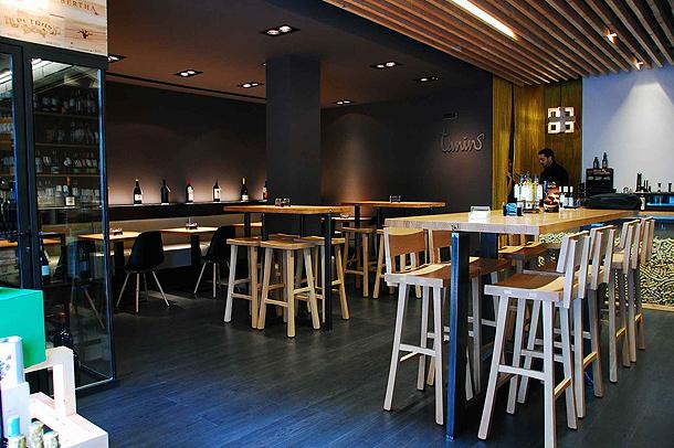 Una vinoteca de madera y acero por balada juan arquitectura i disseny interiores minimalistas - Como montar una vinoteca ...