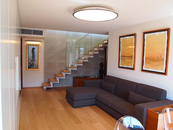 Un d plex moderno y atemporal dise ado por el - Interiorismo de casas ...