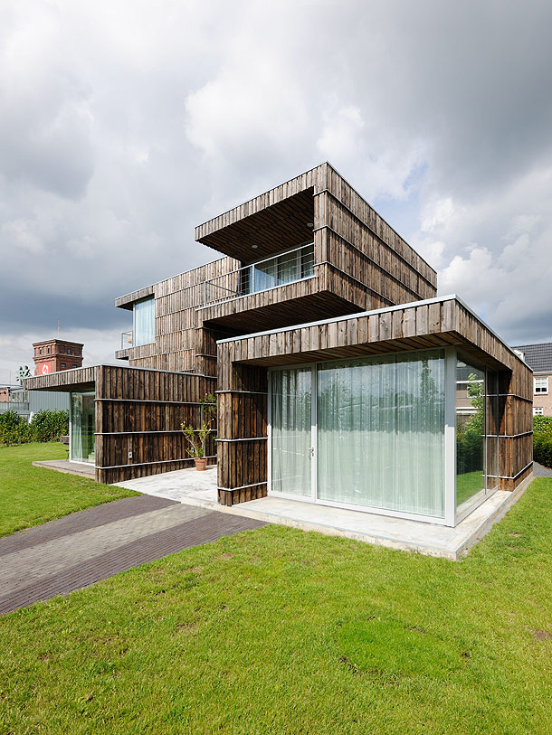 Una casa construida con material reciclado por superuse for Casa holandesa moderna