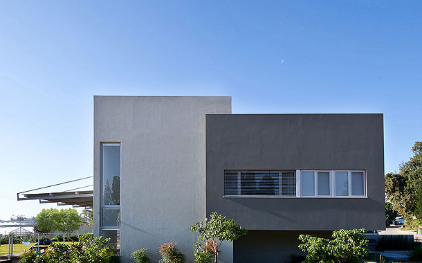 Casa unifamiliar en israel dise ada por sharon neuman for Casa moderna bianca esterno