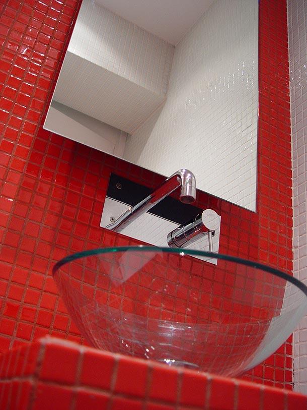 Baños Modernos Rojos:Rehabilitación de una vivienda por Arsenio Lage Barbeito