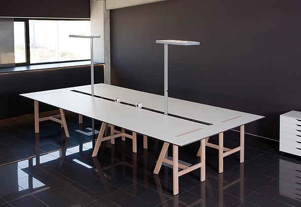 Mesa mesana de salvador villalba para capdell for Mesas de cultivo grandes