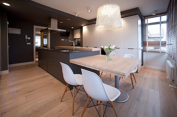 Una cocina actual en tonos contemporáneos y madera de roble