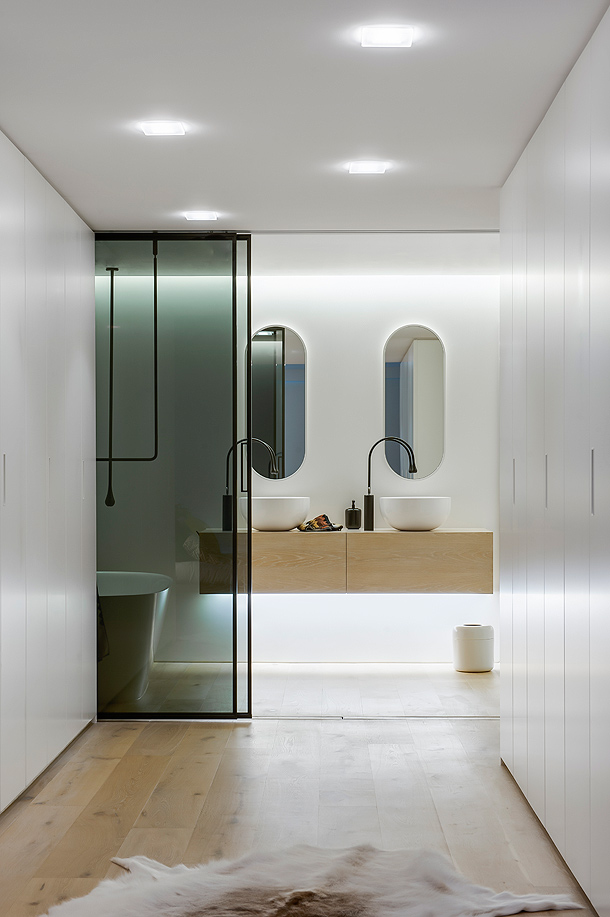 Baño Vestidor Minimalista:Minimalista cuarto de baño en Sidney, con la firma de Minosa Design
