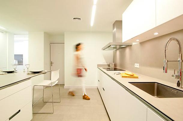 Luminosa cocina sin ventanas dise ada por clysa y estudio mm - Luz para cocinas ...