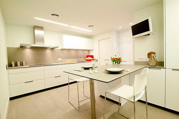 Luminosa cocina sin ventanas dise ada por clysa y estudio mm - Cocinas con peninsula fotos ...