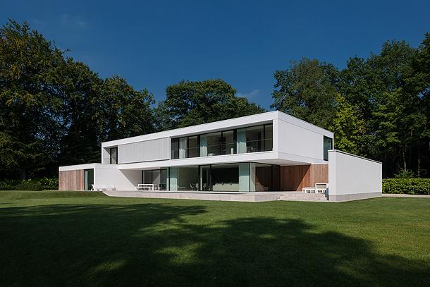 Una casa con amplias marquesinas realizada por cubyc - Maison contemporaine exotique fernanda marques ...