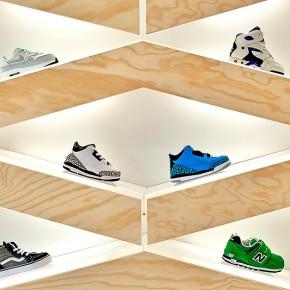 Tienda de calzado infantil con un expositor muy lúdico, por el estudio ROK