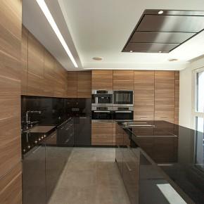 Cocina y cuarto de baño, diseñados por la interiorista Laura Yerpes