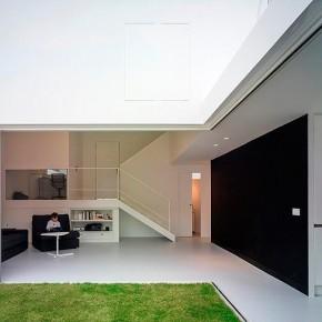 Una casa confortable de arquitectura esencialista, por el estudio OAM