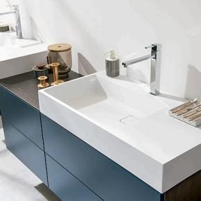 Baños abiertos y sobrios con la serie Arcos Maverick y Loft Moody Blue