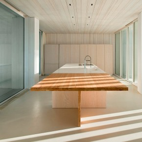 Arquitectura minimalista frente al mar, con la firma de Ramón Esteve