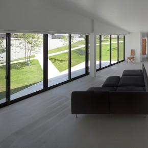 Una casa con un bello jardín secreto, diseñada por el estudio bandesign