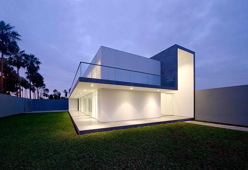 Casa minimalista en lima dise ada por javier artadi for Imagenes de arquitectura minimalista