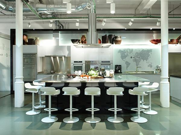 Nuevo delishopworld en barcelona ideado por molins interiors for Isla cocina comedor